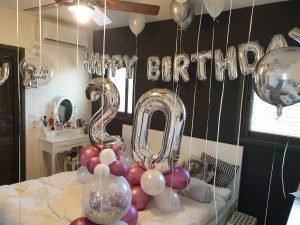 סידור בלונים בחדר יום הולדת