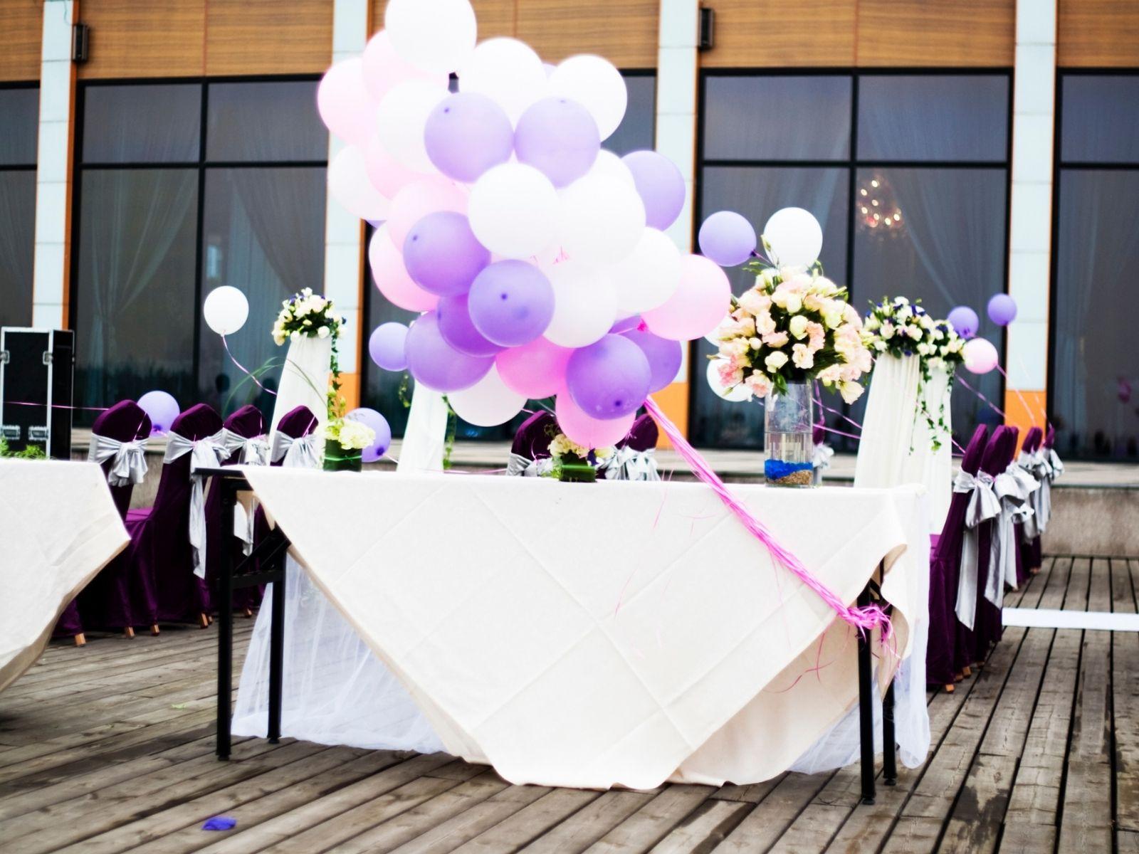 סידורי בלונים כמרכזי שולחן בחתונה
