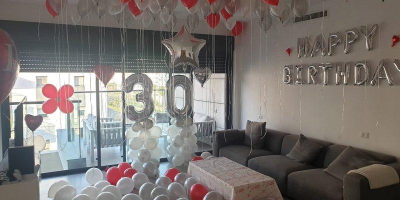 סלון מלא בבלונים ליום הולדת